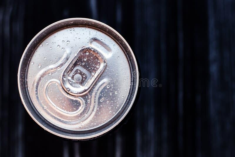 Bier kan met condensatie op zwarte achtergrond Aluminium blikjes drinken met waterdruppels, gekoelde cola blik, bovenaanzicht Tek stock afbeeldingen