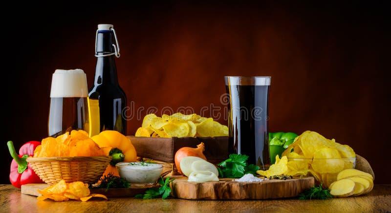 Bier, Kolabaum und Kartoffel-Chips stockfoto