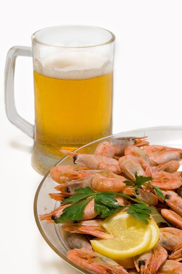 Bier met garnalen stock afbeeldingen