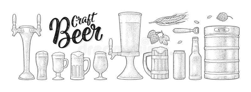 Bier met houten mok, kraan, glas, hop, fles wordt geplaatst die gravure vector illustratie