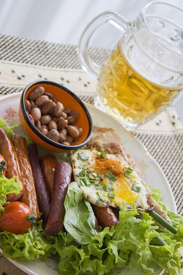 Bier met salamivoorgerecht royalty-vrije stock fotografie
