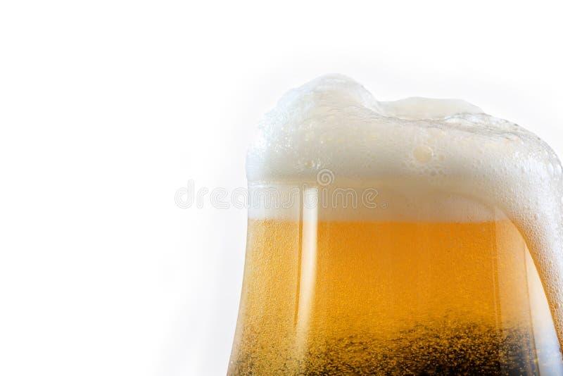 Bier met schuim in glas, geïsoleerd op witte achtergrond royalty-vrije stock fotografie