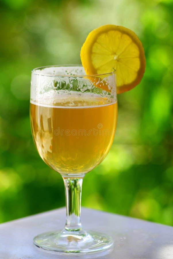 Bier mit Zitrone stockbilder