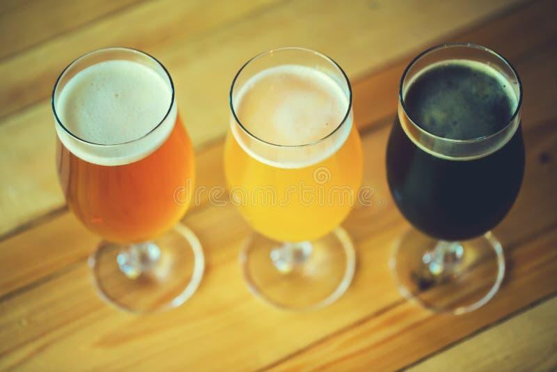 Bier op de houten lijst in de bar met vrije ruimte voor uw tekst royalty-vrije stock foto