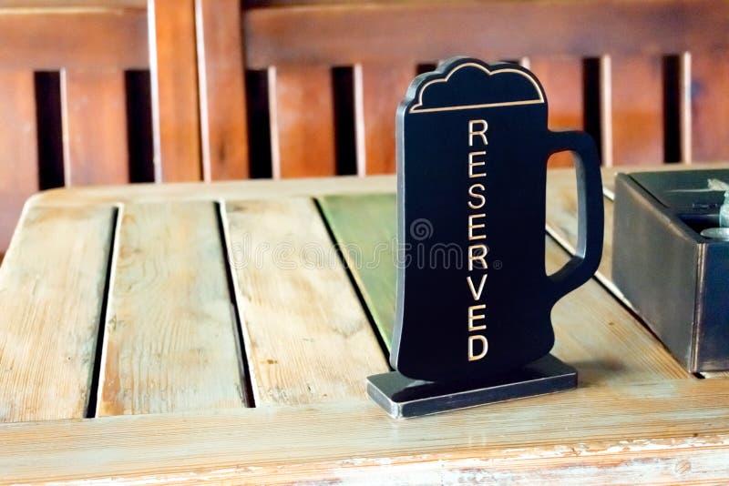 Bier pinta hob Zeichen auf Holztisch in der Kneipe, Café, Restaurant auf lizenzfreie stockfotos