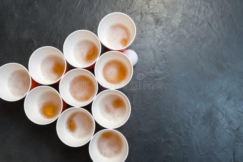 Bier Pong Populäres Spiel an den Parteien Platz für Ihren Text stockfotos