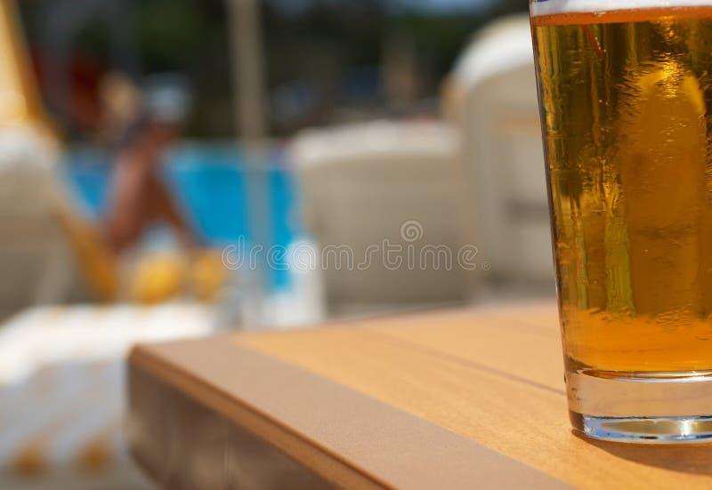 Bier am Pool lizenzfreie stockfotos