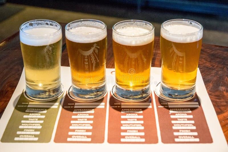 Bier proevend menu met kleine glazen stock afbeelding