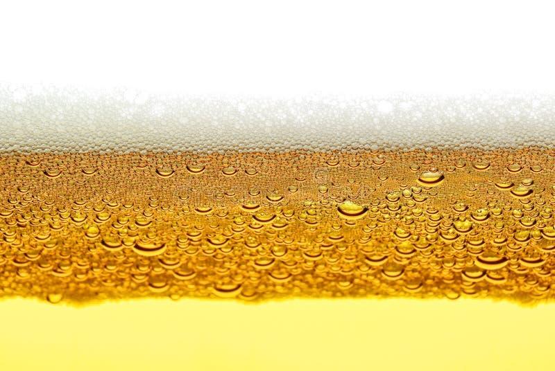Bier, schuim, bellen op witte achtergrond worden geïsoleerd die royalty-vrije stock foto's