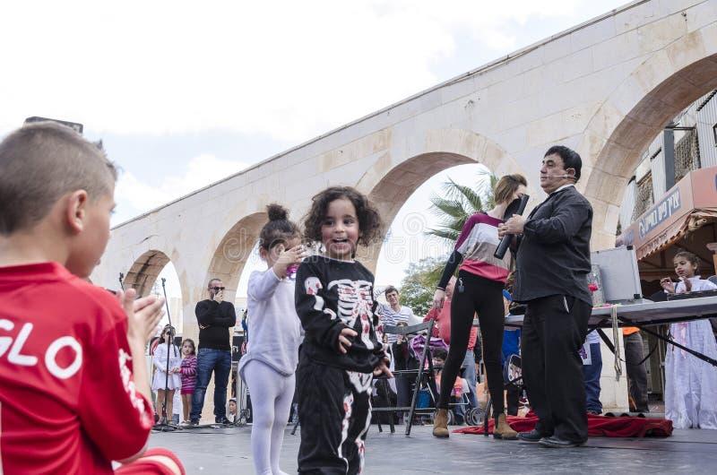 Bier-Sheva, ISRAËL - Maart 5, 2015: Toespraak bij de straatscène van kunstenaars en kinderenkijkers - Purim stock foto's