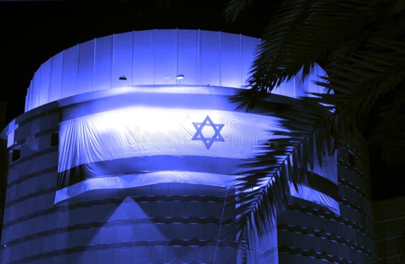 Bier-Sheva, ISRAEL - April 2012: Israelische Flagge auf den Gebäudekünsten zentrieren am Unabhängigkeitstag im Bier-Sheva, Israel lizenzfreie stockfotografie