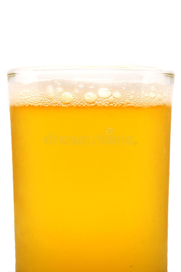 Bier sprudelt im Glas, Abschluss oben stockbilder