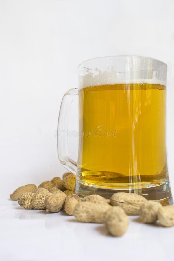 Bier u. Erdnüsse lizenzfreie stockfotos