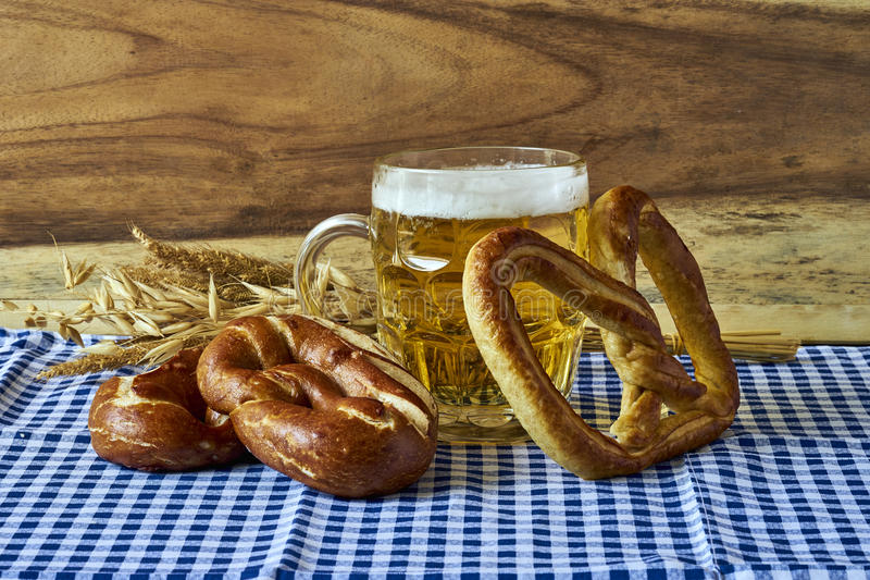 Bier und Brezeln lizenzfreies stockbild