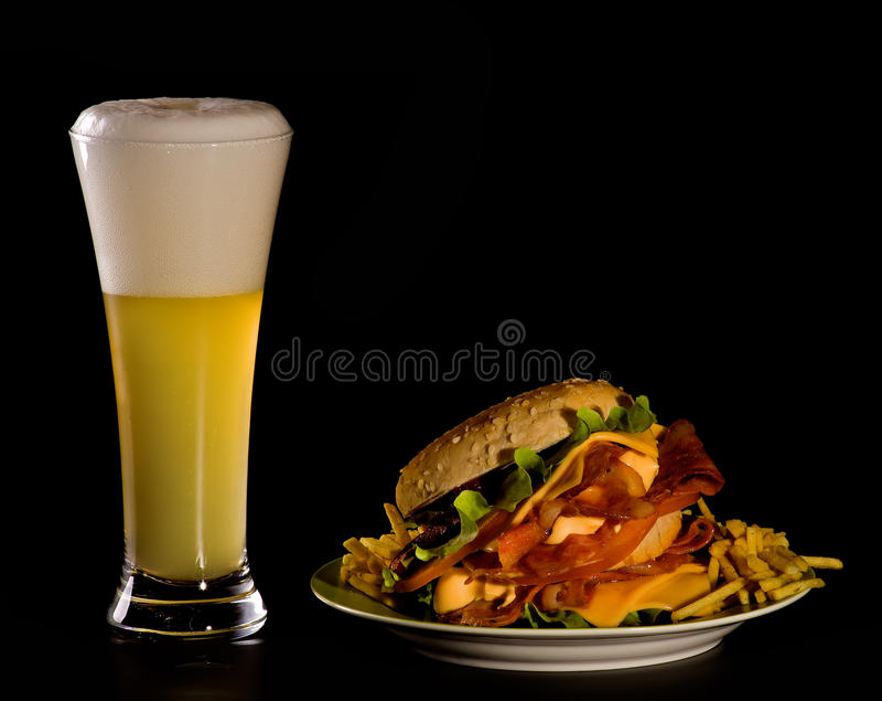Bier und Burger stockbilder