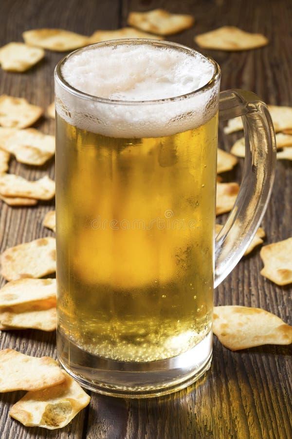 Bier und Cracker lizenzfreie stockfotos