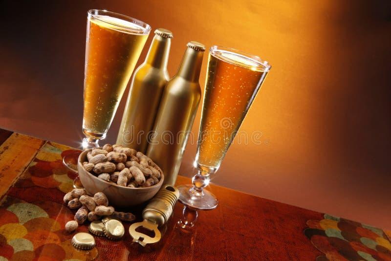 Bier und Erdnüsse lizenzfreie stockfotografie