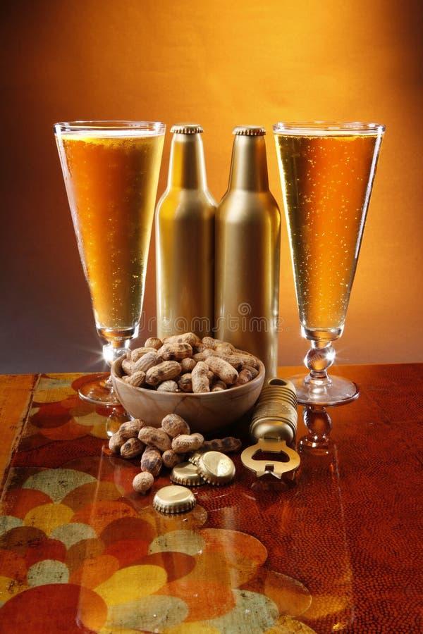 Bier und Erdnüsse lizenzfreie stockbilder