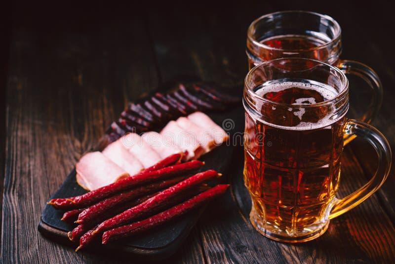 Bier- und Fleischsnäcke Bar, Kneipe, oktoberfest Nahrung lizenzfreies stockbild