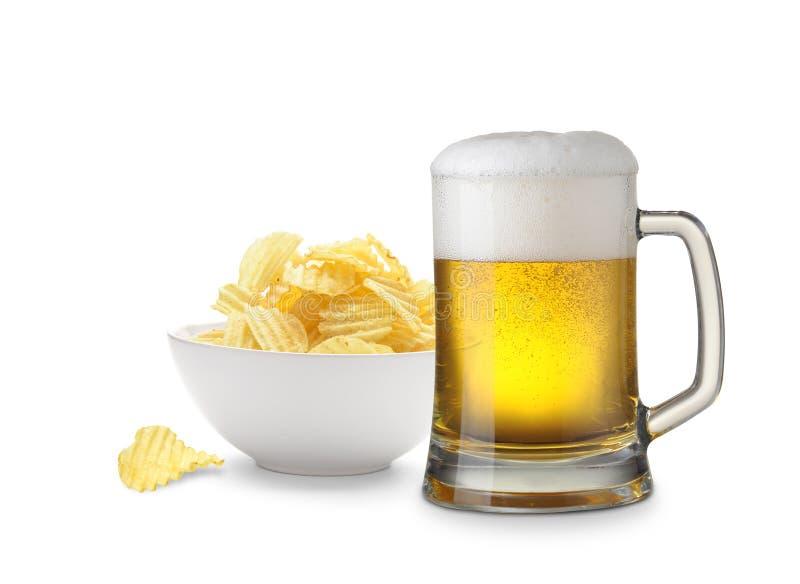 Bier und Kartoffelchips lizenzfreie stockbilder