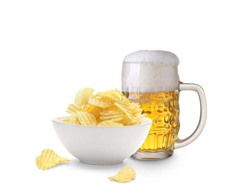 Bier und Kartoffelchips lizenzfreie stockfotografie