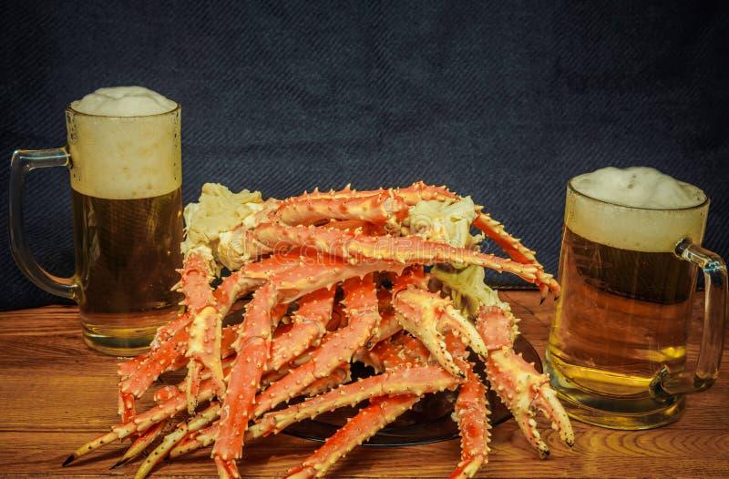 Bier und Krabbe lizenzfreie stockfotografie