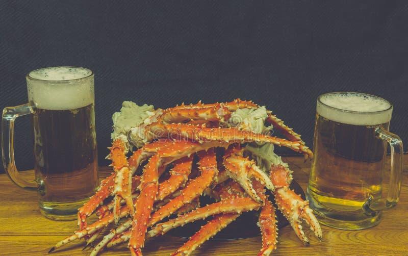 Bier und Krabbe stockfoto