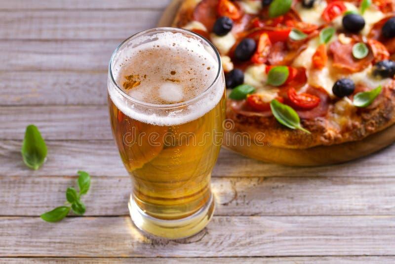 Bier und Pizza auf hölzerner Platte Ale und Imbiss horizontal stockfotos