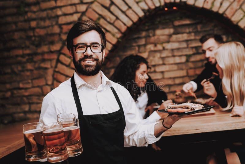 Bier und Snäcke Bärtiger Kellner Spaß Zusammen lizenzfreies stockfoto