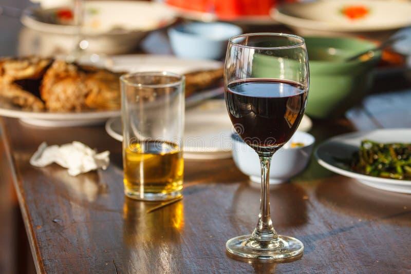 Bier und Wein auf dem Tisch stockfotos