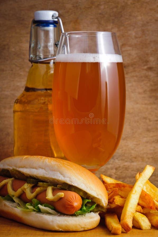Bier, Würstchen und Fischrogen stockbild