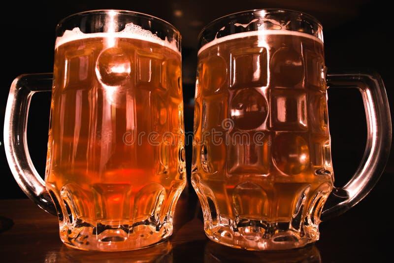Bier Zwei kalte Biere Fassbier Entwurfsale Goldenes Bier Goldenes Ale Bier des Gold zwei mit Schaum auf die Oberseite stockbild