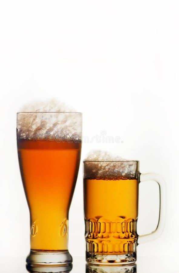 Bierbecher und -glas lizenzfreies stockfoto