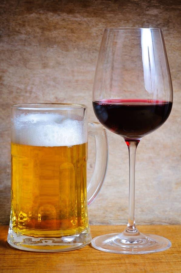 Bierbecher und Weinglas stockbilder