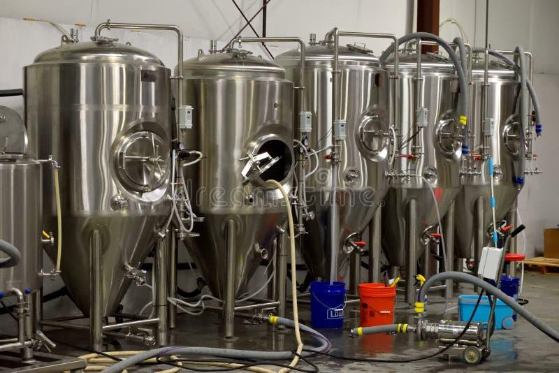 Bierbrouwerijcontainers stock afbeelding