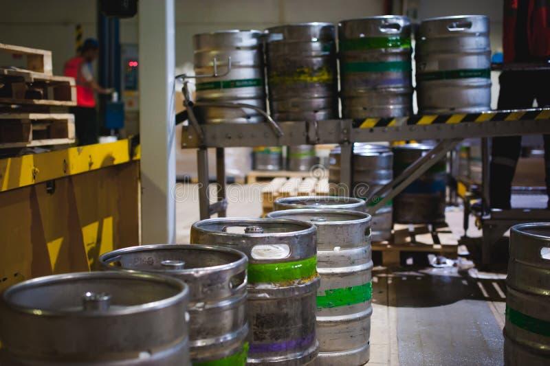 Bierfässer viele asphaltieren Bierfassstand in den Reihen in einem Lager stockbilder
