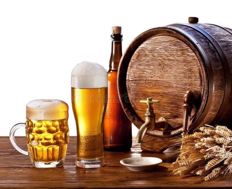 Bierfaß mit Biergläsern auf einer hölzernen Tabelle. stockfotografie