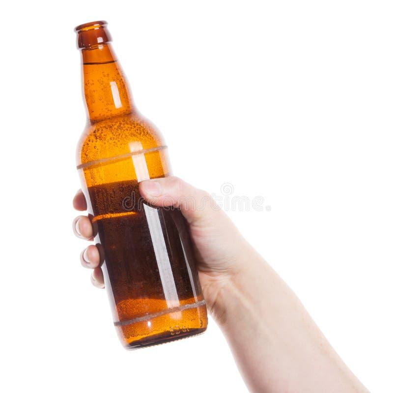 Bierflasche in der Hand stockbild
