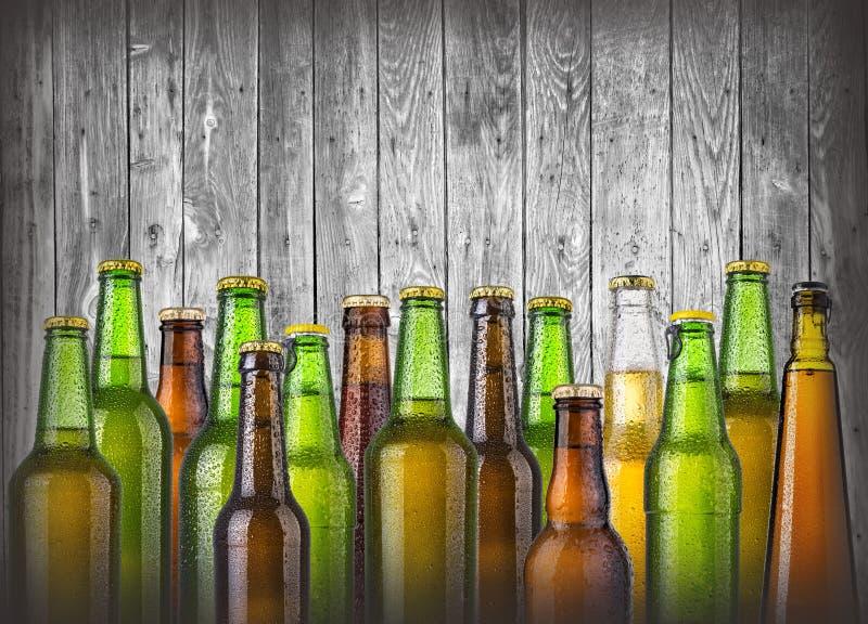 Bierflaschen auf hölzernem stockfotografie