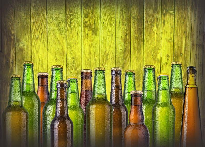 Bierflaschen auf hölzernem stockbilder