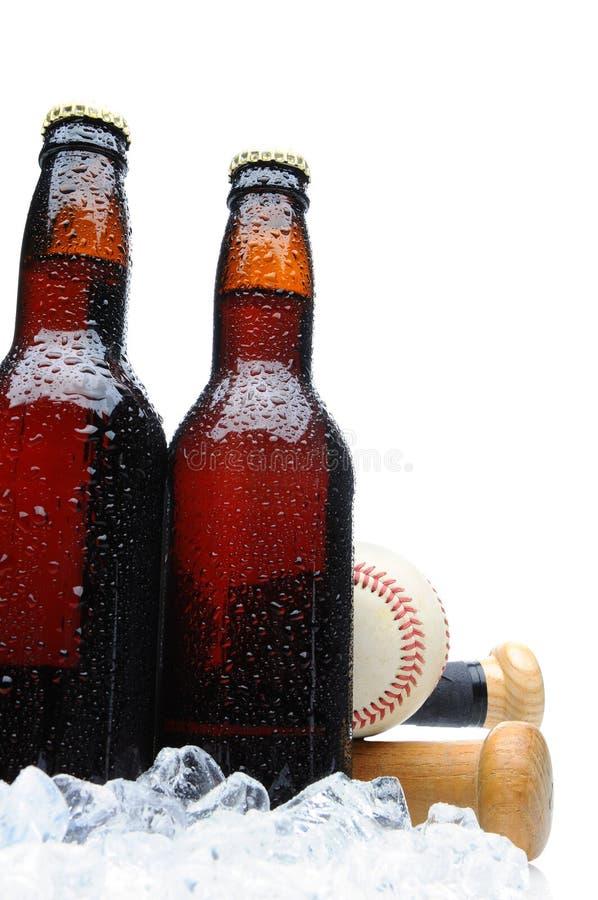 Bierflaschen des niedrigen Winkels zwei mit Baseball stockbild