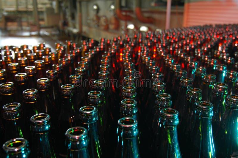 Bierflaschen in einer Brauerei lizenzfreie stockfotos