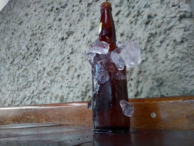 Bierflaschen kühlten im Eis stockfotografie