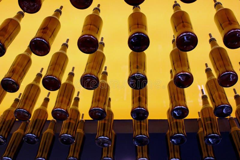 Bierflessen van het plafond van Bitburg Bierhaus worden opgeschort die royalty-vrije stock afbeeldingen