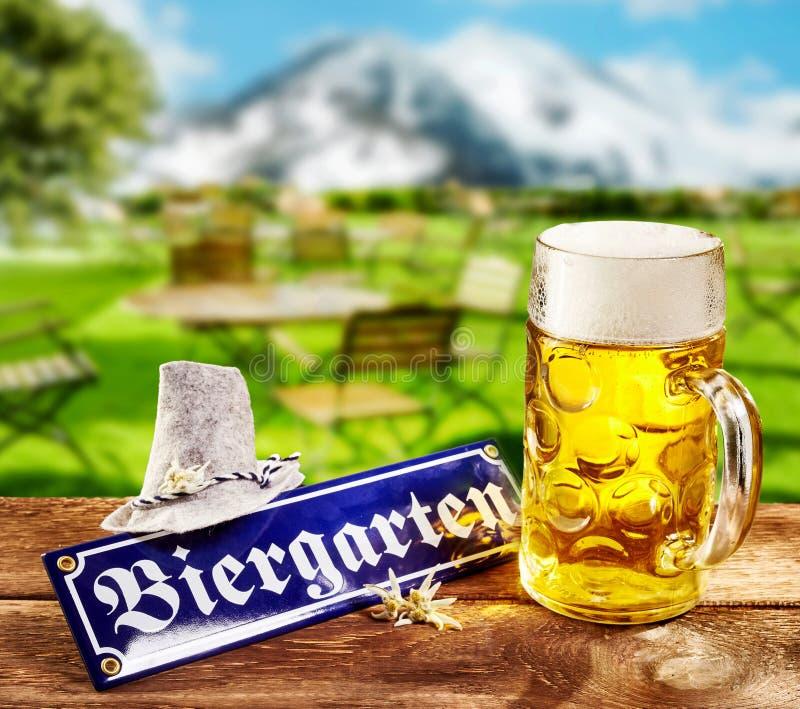 Biergarten eller för öl trädgårds- tecken för Oktoberfest arkivbilder