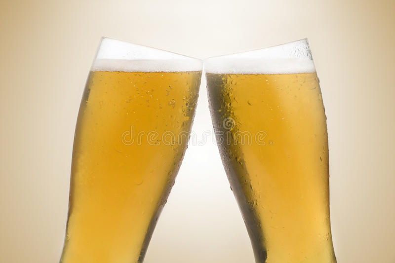 Biergläser, die einen Toast bilden lizenzfreies stockbild