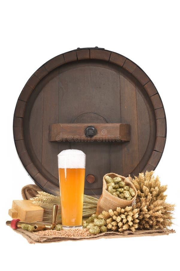 Bierglas met vat stock afbeeldingen