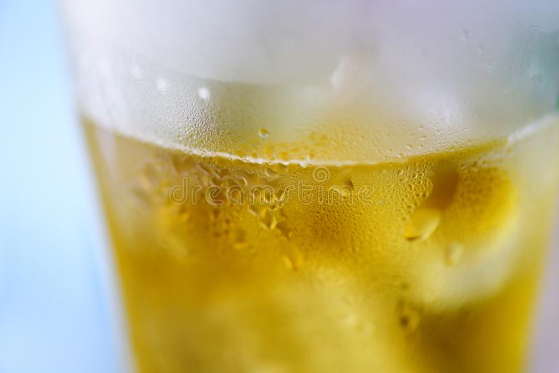Bierglas - sluit omhoog van de mok van het bellenbier met waterdaling royalty-vrije stock foto's