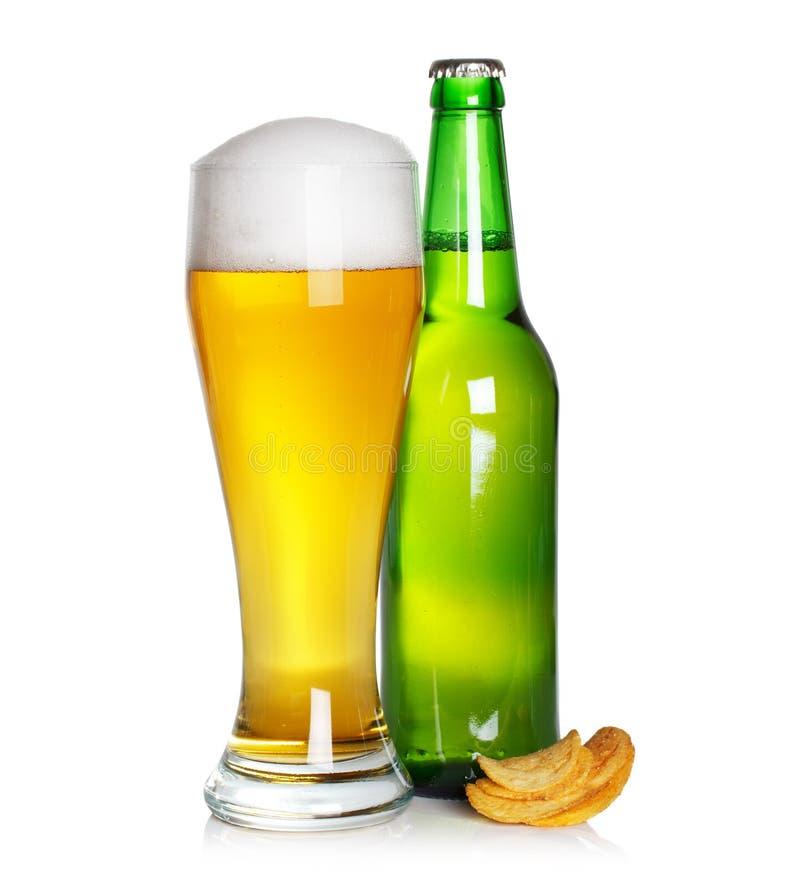 Bierglas und -flasche mit Chips lizenzfreie stockfotografie