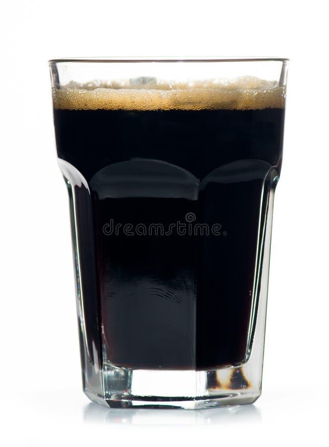 Bierglas voll kalter schwarzer irischer Stout. lizenzfreies stockbild